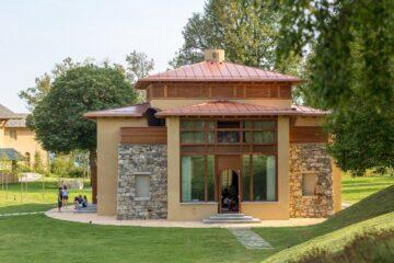 Yoga-Gebäude im Park mit Schülern