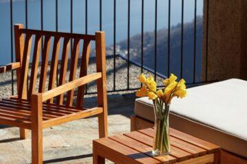 Holzstuhl auf Balkon über dem Fluss
