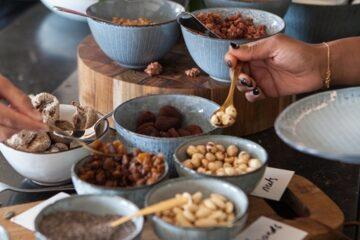 Buffet mit Schälchen voller Nüsse und Samen