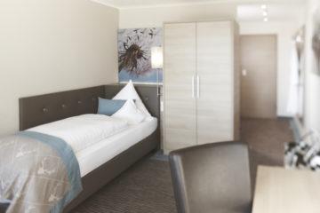 Zimmer mit Bett und Schrank