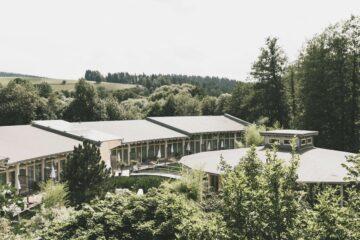 Hotelanlage mit Balkonen im Grünen