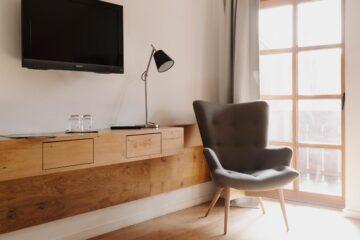 Zimmer mit Sessel und Holzwandelement