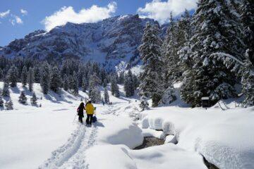 Gruppe wandert zum Bergmassiv