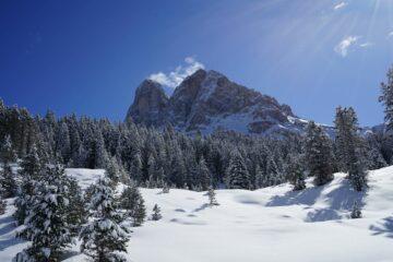 Berg der Dolomiten im Schnee