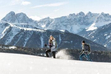 Frau und Mann wandern im Schnee