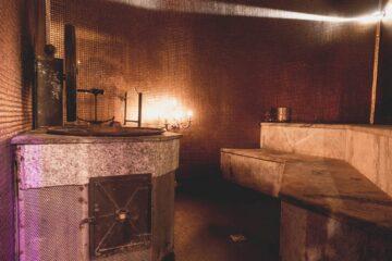 Sauna mit altem Ofen und Goldmosaik Fließen