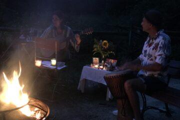 Frau mit Gitarre und Mann mit Trommel