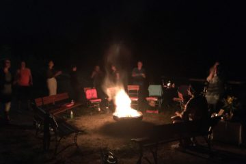 Gruppe am Lagerfeuer