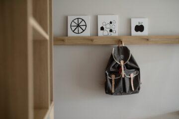 Rucksack hängt am Holzhaken