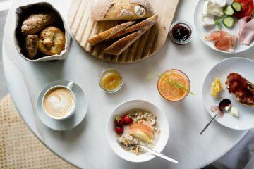 Brot, Marmelade und Brötchen, Saft und Kaffee