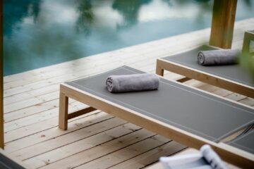 Entspannungsliegen draußen mit Handtuchschnecke