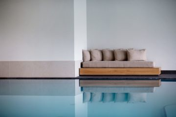 Sofa am Pool mit Kissen