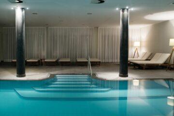 Indoor-Pool mit Liegen