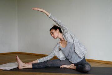 Frau macht Yogapose