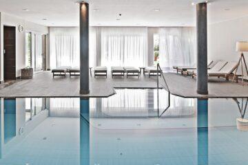 Pool innen mit Säulen und Liegen