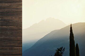 Bergpanorama im Sonnenschein und Zypresse
