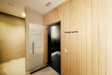 Tür zum Dampfbad in Holz