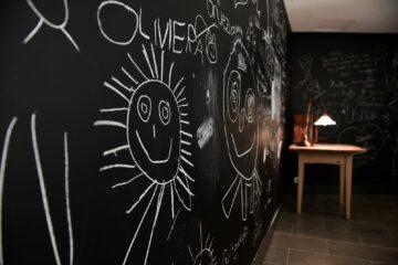 Schwarze Wände mit Kreidefarben bemalt