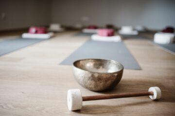 Klangschale und Yogamatten