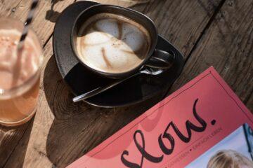 Kaffeetasse und Zeitschrift