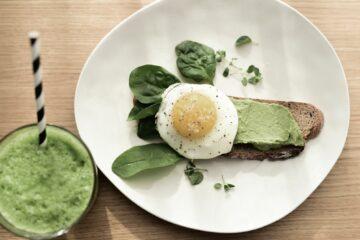 Brot mit Pesto und Ei