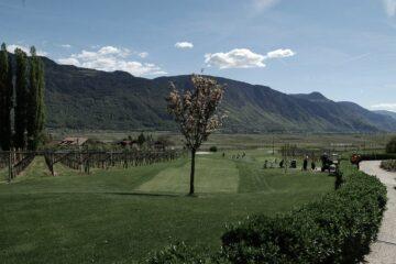 Golfplatz mit Blick auf Berge