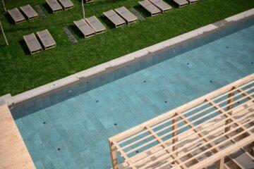 Pool und Wiese
