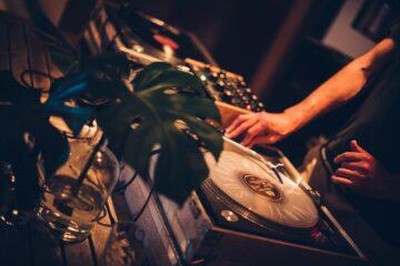 DJ am Plattenteller