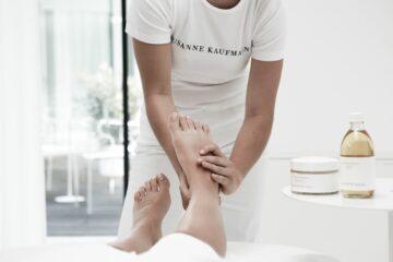 Frau massiert Füße