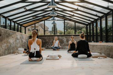 Yoga unter Fensterdach