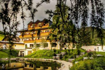 Gebäude mit Teich