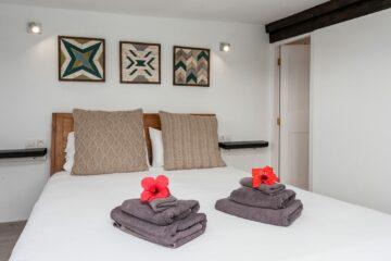 Handtücher mit Blume auf Bett