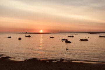 Bucht im Sonnenuntergang mit Schiffen