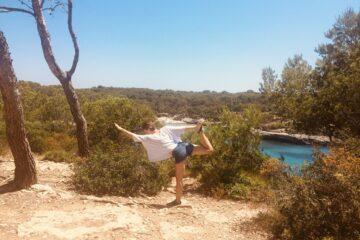 Frau macht Yoga über Lagune