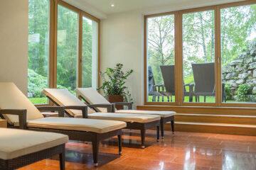 Saunaliegen innen und außen auf Terrasse im Grün