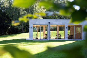 Verglaster Yogaraum im Grünen