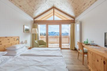 Zimmer mit Gaube und Aussicht auf die Berge