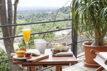 Tablett mit Frühstück auf Balkon