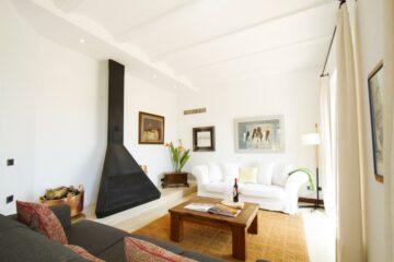 Wohnraum mit Sofa und KAmin