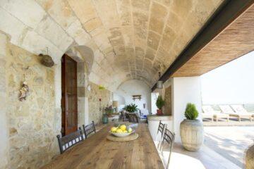 Gewölbe mit langer Holztafel und Tischen