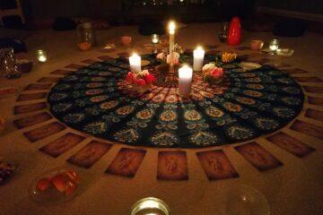 Mit Kerzen beleuchtete Kreismitte mit Engelkarten im Kreis