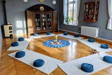 Kreis mit Teppichen und Sitzkissen und gestalteter Mitte