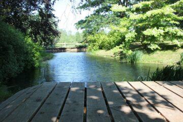 Steg am Flusslauf