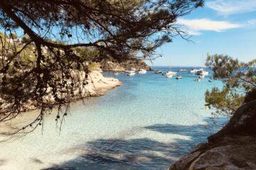 Bucht mit Booten im Hintergrund