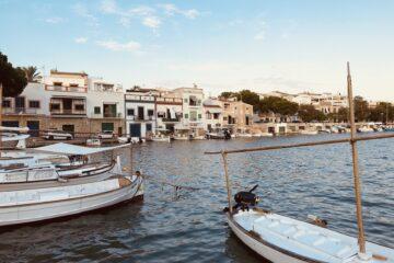 Boote und Häuser in Bucht