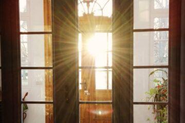 Sonne strahlt durch Fensterscheibe und reflektiert