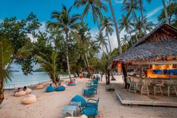 Sitzkissen am Strand und Strandbar