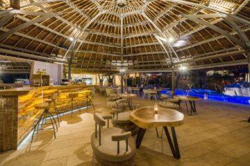 Bar unter Kuppel am Pool beleuchtet