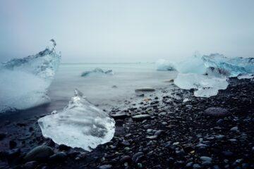 Eis und schwarzer Steinstrand