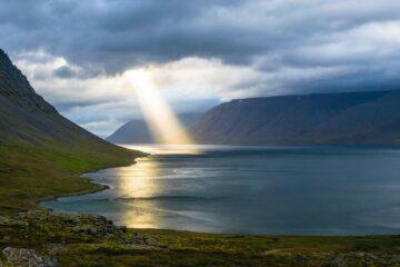 Sonnenstrahl trifft Wasser im Fjord